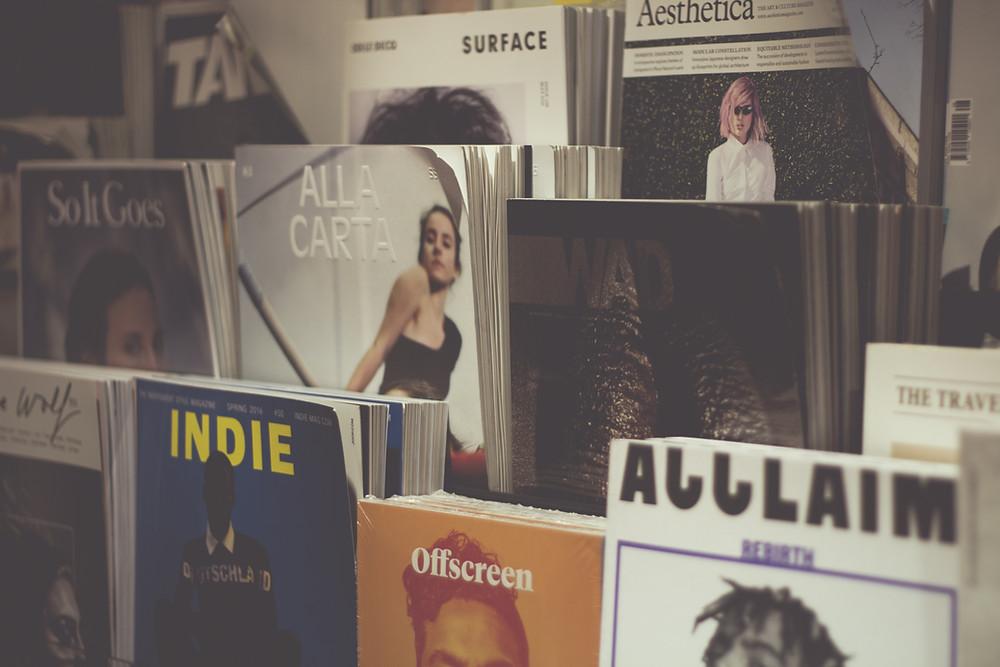 Prateleira com revistas de diversas temáticas.