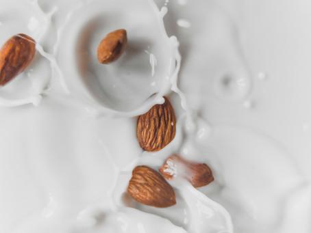 Bebidas a base de plantas que buscan imitar el sabor y textura de la leche