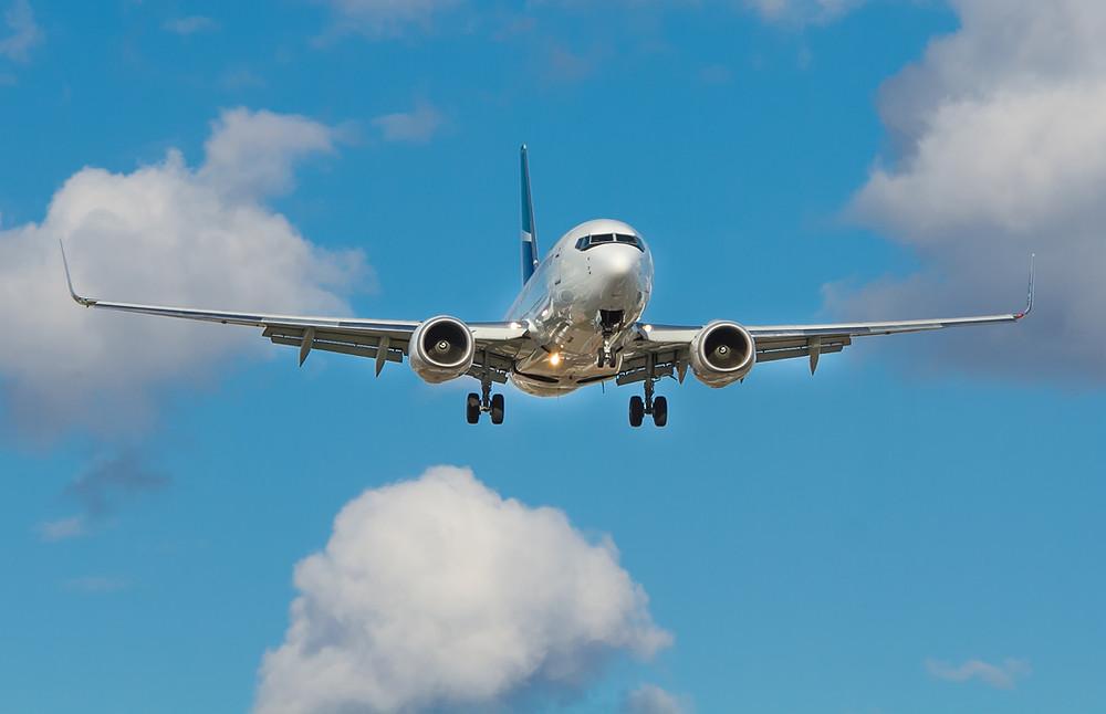 Et billede af et fly i luften.