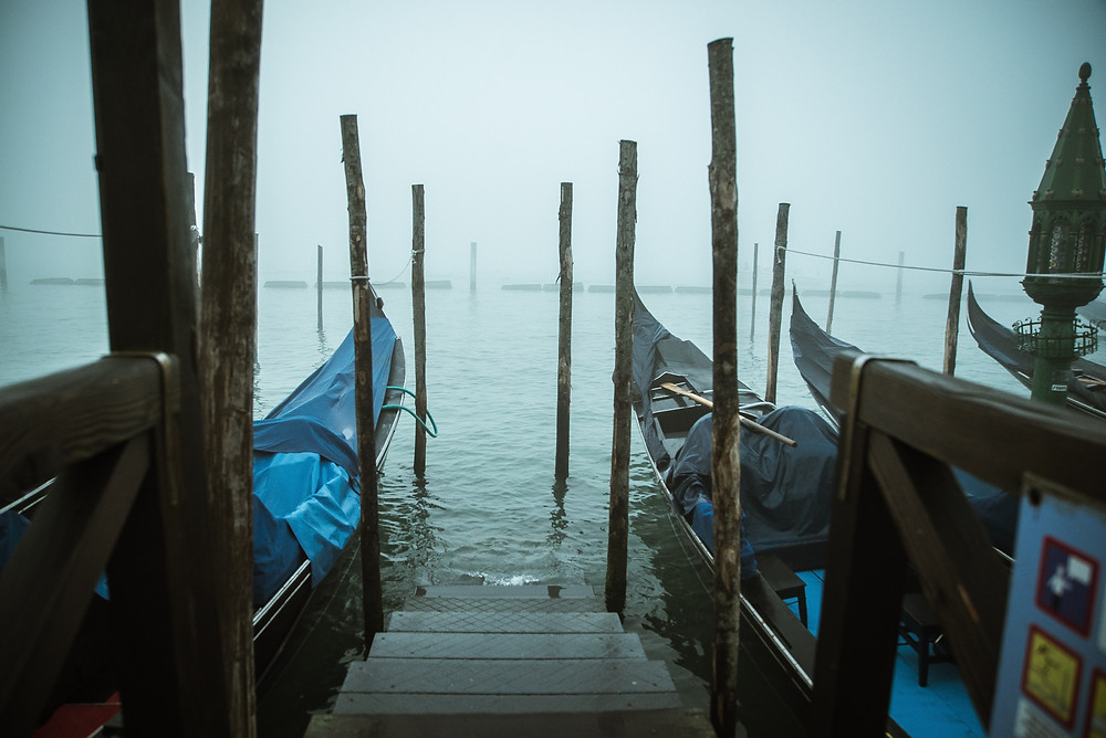 Gondolas em Veneza em um dia cinza e com neblina