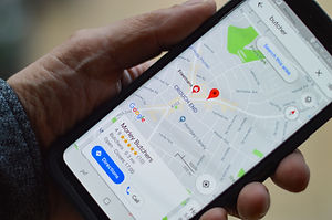 Darstellung einer Karte auf dem Bildschirm eines Smartphones zur Verdeutlichung der Lage.