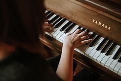 Apprendre le piano avec Valérie Beaudry. Image de Jordan Whitfield