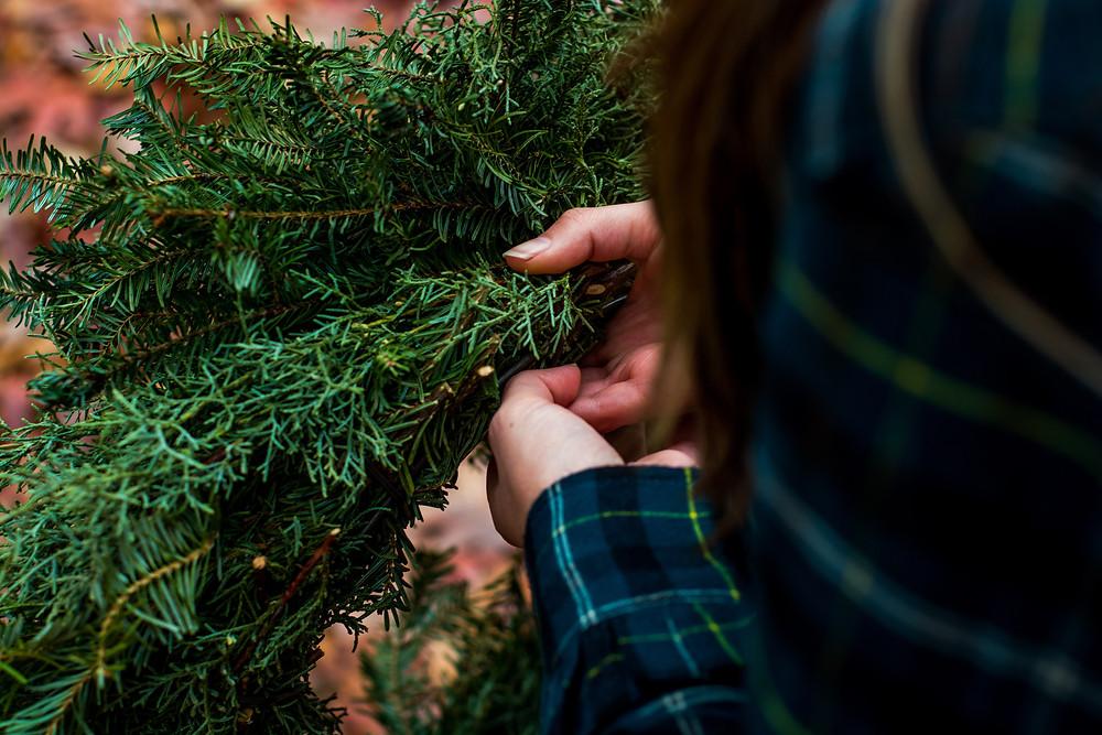 Πώς να φτιάξεις μόνος σου το τέλειο χριστουγεννιάτικο στεφάνι!