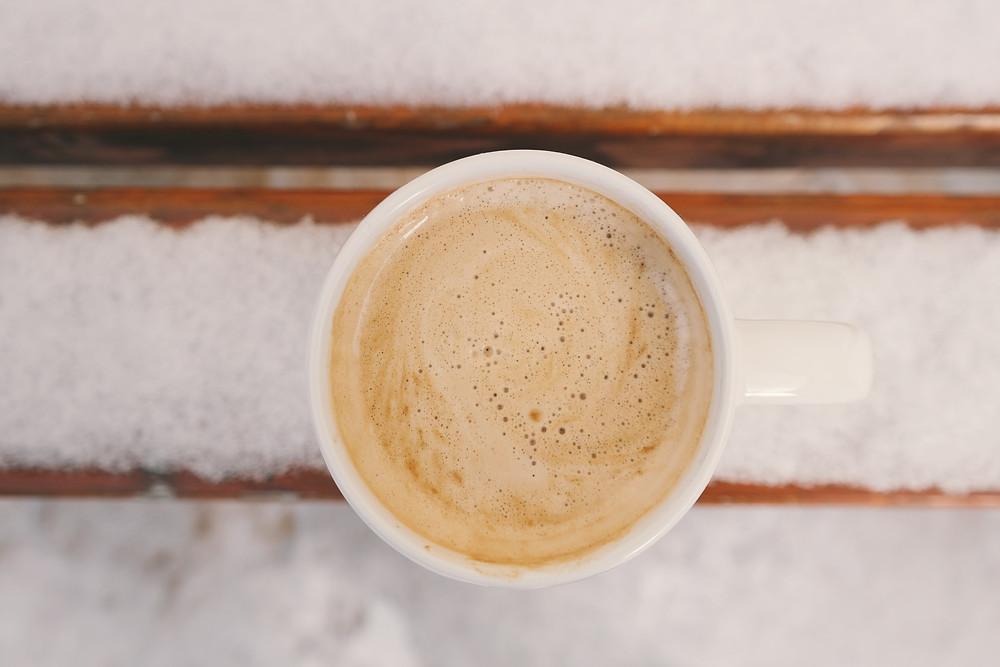 kawa z mlekiem w kubku