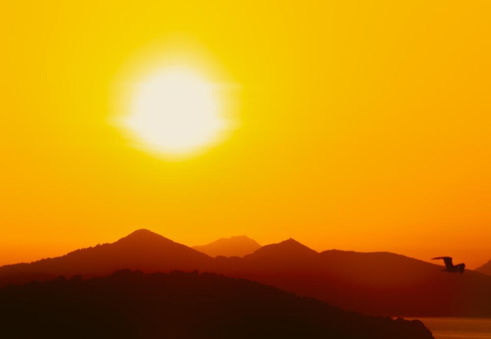 Los mantras del sol o Surya mantras no son simplemente nombres, sino que cada una de las sílabas que los componen es un vehículo de una energía eterna esencial (shakti) representada por el sol mismo. Con la repetición y la concentración en estos mantras se beneficia y estimula toda la estructura mental.