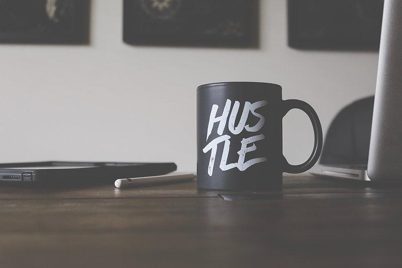 Schwarze Tasse mit Hustle Schriftzug
