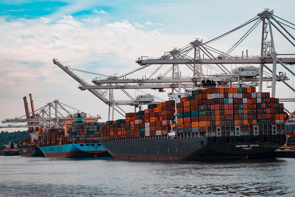 Navieras transportan mercancías en contenedores para llegar a los puertos.