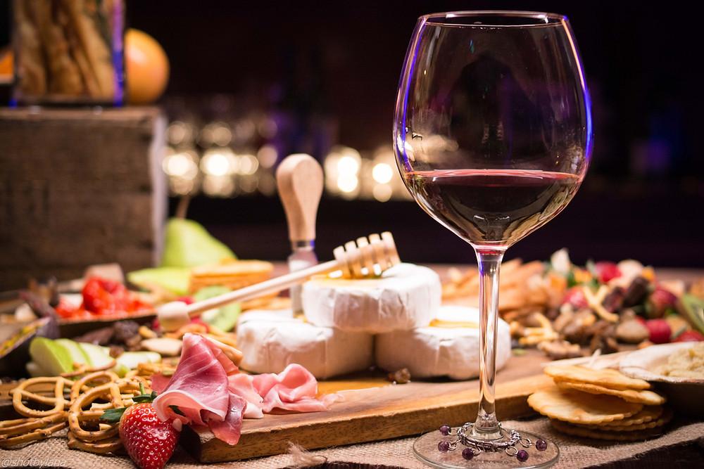 mesa com vinho e frios diversos