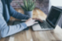 Persoon achter een laptop