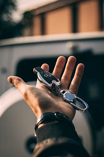 mão segurando chave