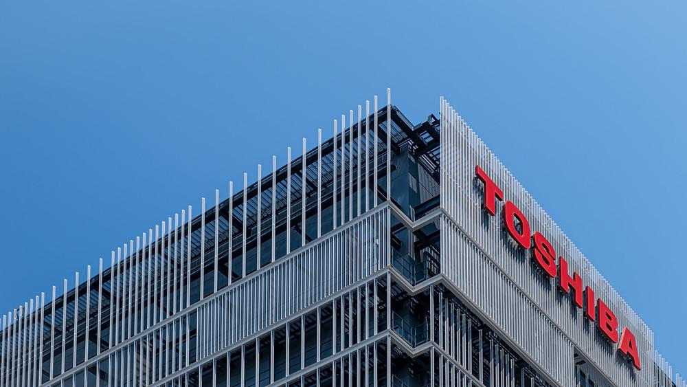 שלט גדול עם הלוגו של חברת טושיבה על הביניין שלה