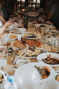 Image de fond : Une table avec des repas, et des boissons.