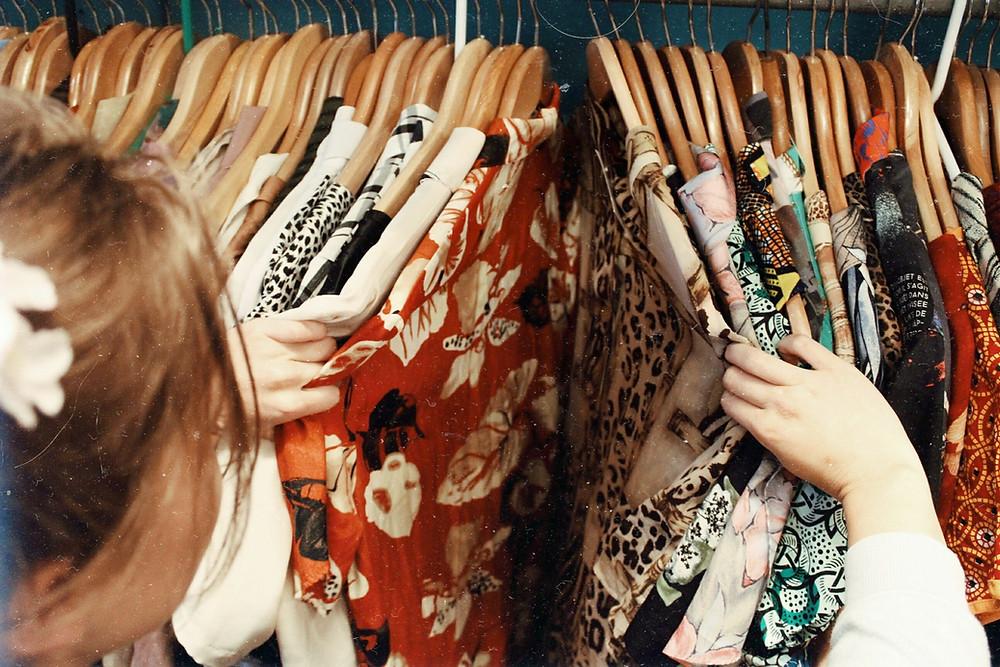 ผู้หญิงชาวต่างชาติกำลังเลือกซื้อเสื้อลายดอก