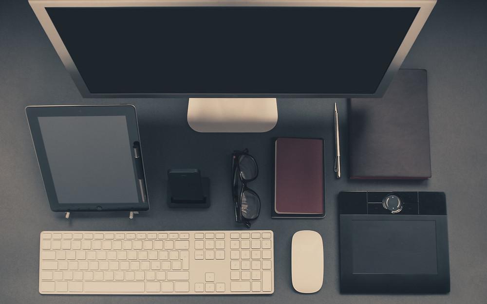 organized-desk-of-writer
