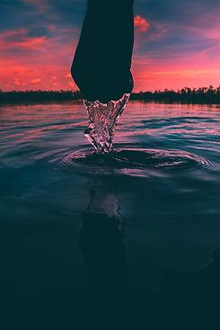 mão saindo da água