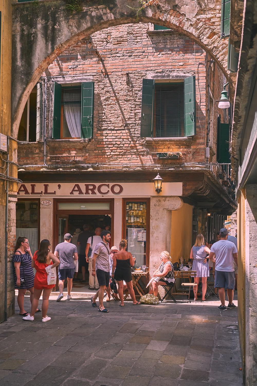 pessoas passeando por uma rua italiana