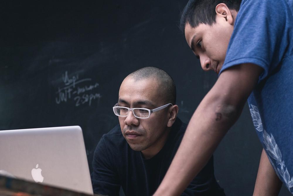 Cliente y diseñador web revisando una página web