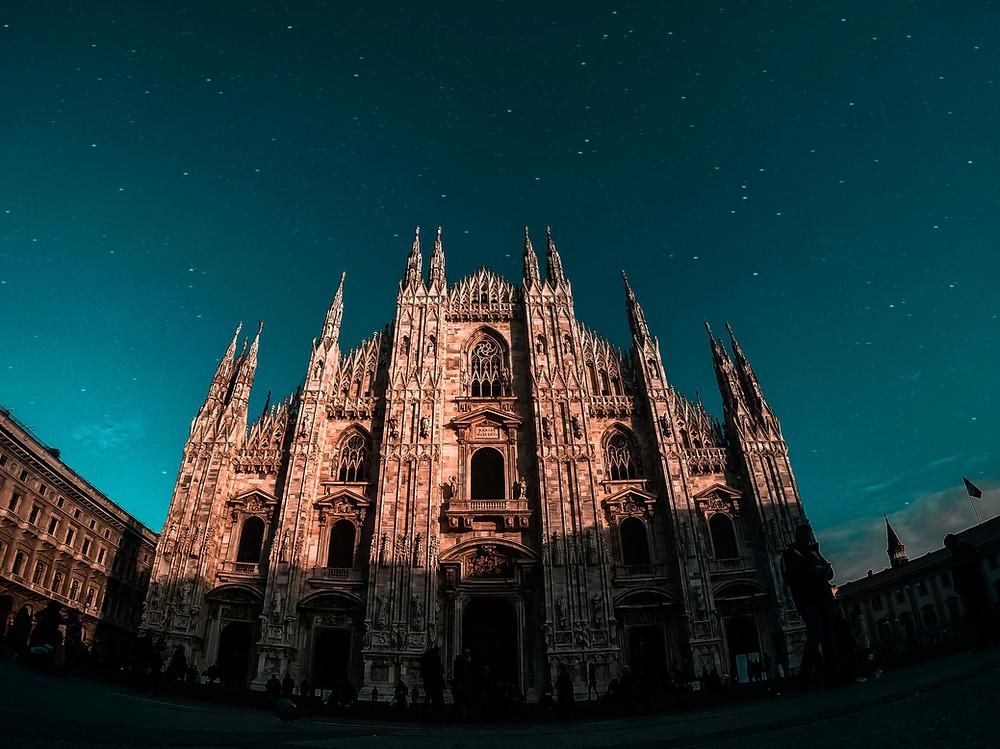 foto da catedral de Milão, com estrelas em segundo plano