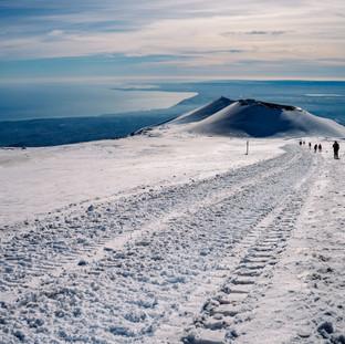 Vulcano Etna d'inverno con vista sulla costa ionica