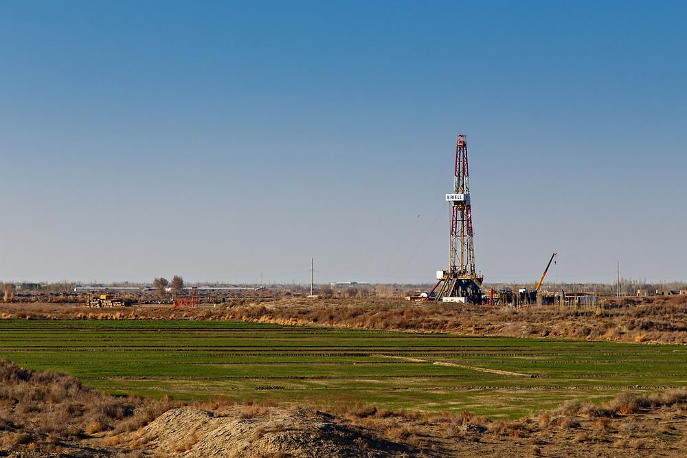 El petróleo retrocede desde máximos de 13 meses por temor a que aumente la producción