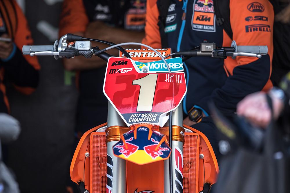 Moto de competição com number plate em sua frente