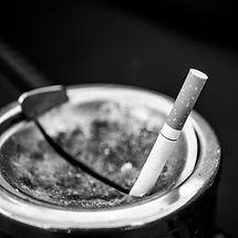 Image d'une cigarette représentant les addictions - Arrêter de boire, arrêter de fumer, en finir avec le tabac et autres addictions avec la Sophrologie ou l'hypnose et Marion Lyon Sophrologue Lyon 7 et Lyon 3 - professionnelle du bien-être