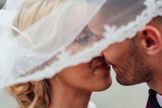 Nouveaux mariés lors de leur fête de mariage
