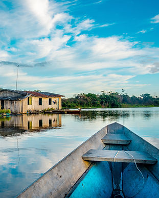 Canoa in navigazione su lago nell'amazzonia Brasiliana