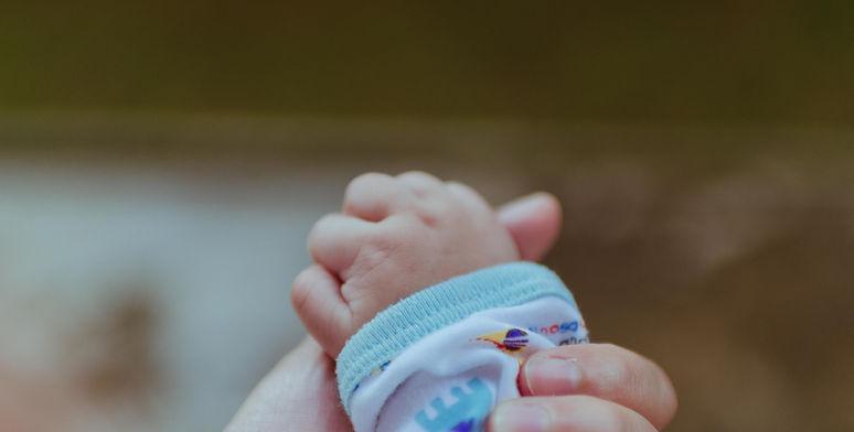 Persönliche Zeremonie für Kinderwillkommen. Image by bady qb