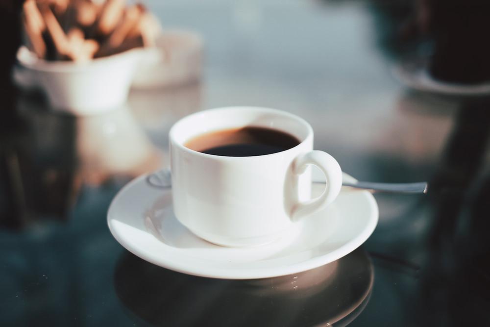 kawa czarna świeżo palona w filiżance