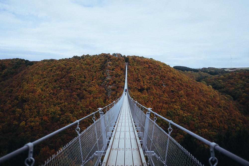 Gaierlay-Brücke in Rheinland-Pfalz im Herbst.