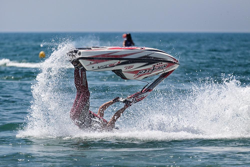 Man crashes on water ski