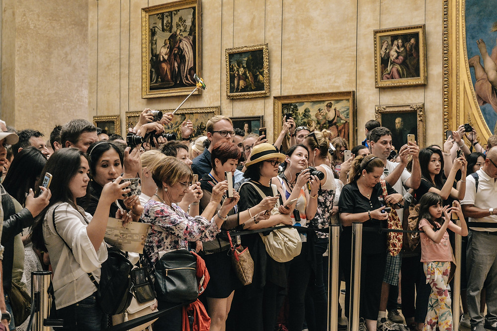 People looking at the Mona Lisa