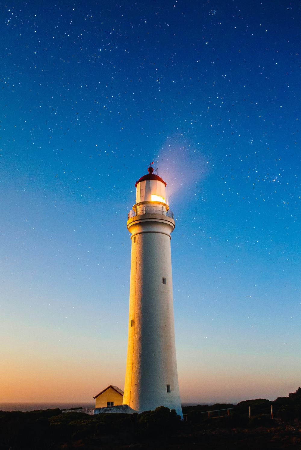 Maják svítí do dáli jako coach na cestu změnami.