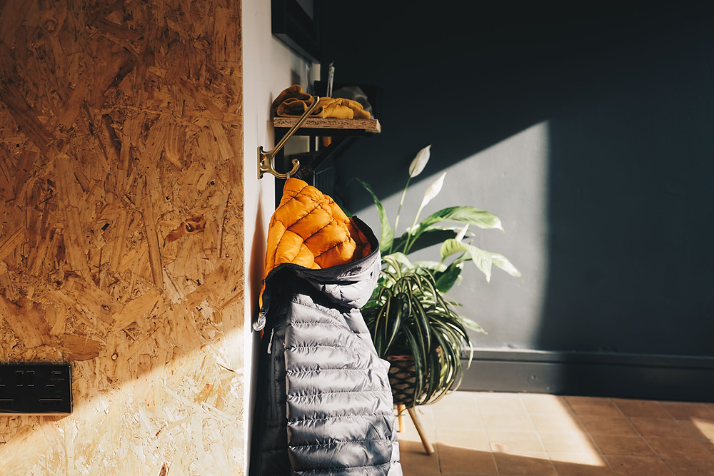 עץ ממוחזר יכול להוסיף גוון מחוספס לכל קיר בעזרת שימושו כחיפוי קיר או בעזרת הוספת אקססוריז לקיר כמו מדפי עץ ממוחזר או קופסאות אחסון