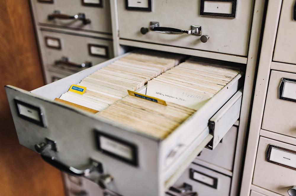 Arquivo antigo, com fichas de papel, divididas por assuntos