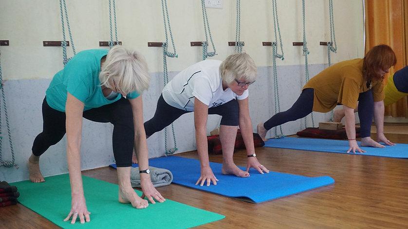 Foto de pessoas praticando pilates no centro de integração postural