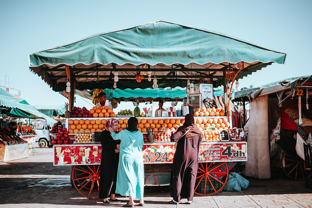 קזבלנקה שוק חובוס  שוק ססגוני זה נפרס לאורך רחוב ארוך וחלקיו מחוברים בקשתות.בשוק זה תוכלו לקנות הכל , ממש בדומה לשוק הכרמל שלנו רק ביותר גדול .מזכרות, מוצרים לבית ,ספלי תה מרוקאי, אריגים, כפתנים, שמלות מסורתיות, בגדים, מנורות