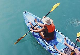 Deux personnes rament sur un canoë - Taylor Simpson