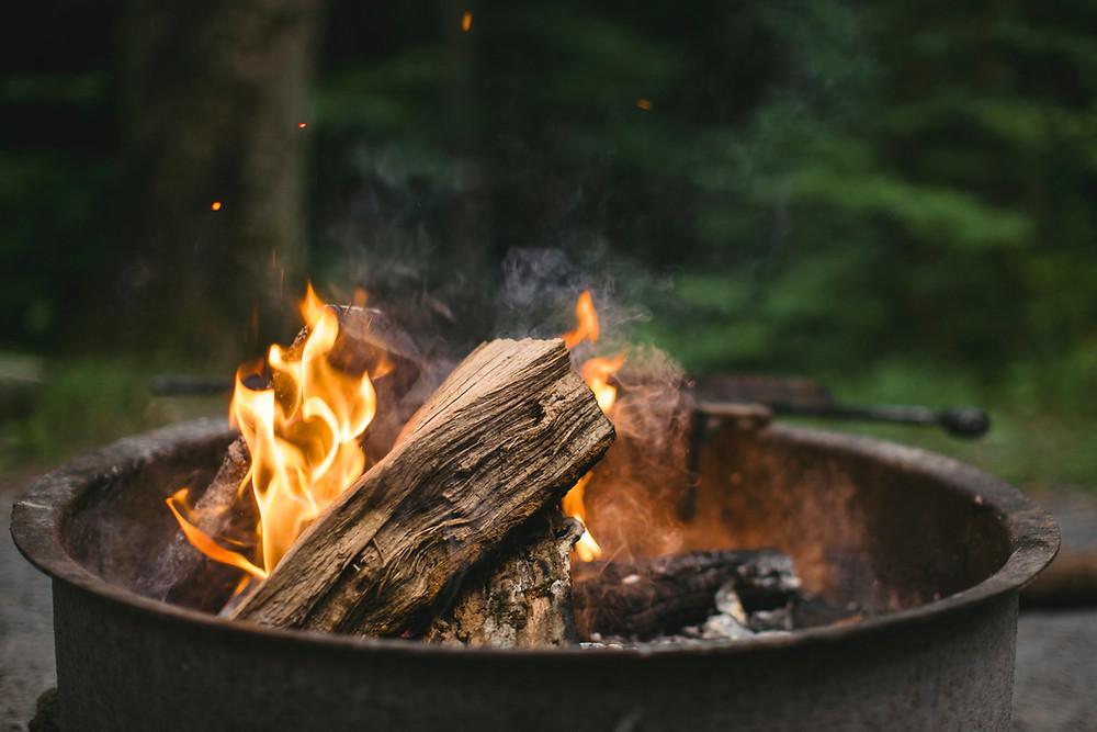 Brennendes Feuer, Rituale für mehr Energie, Burnout vorbeugen