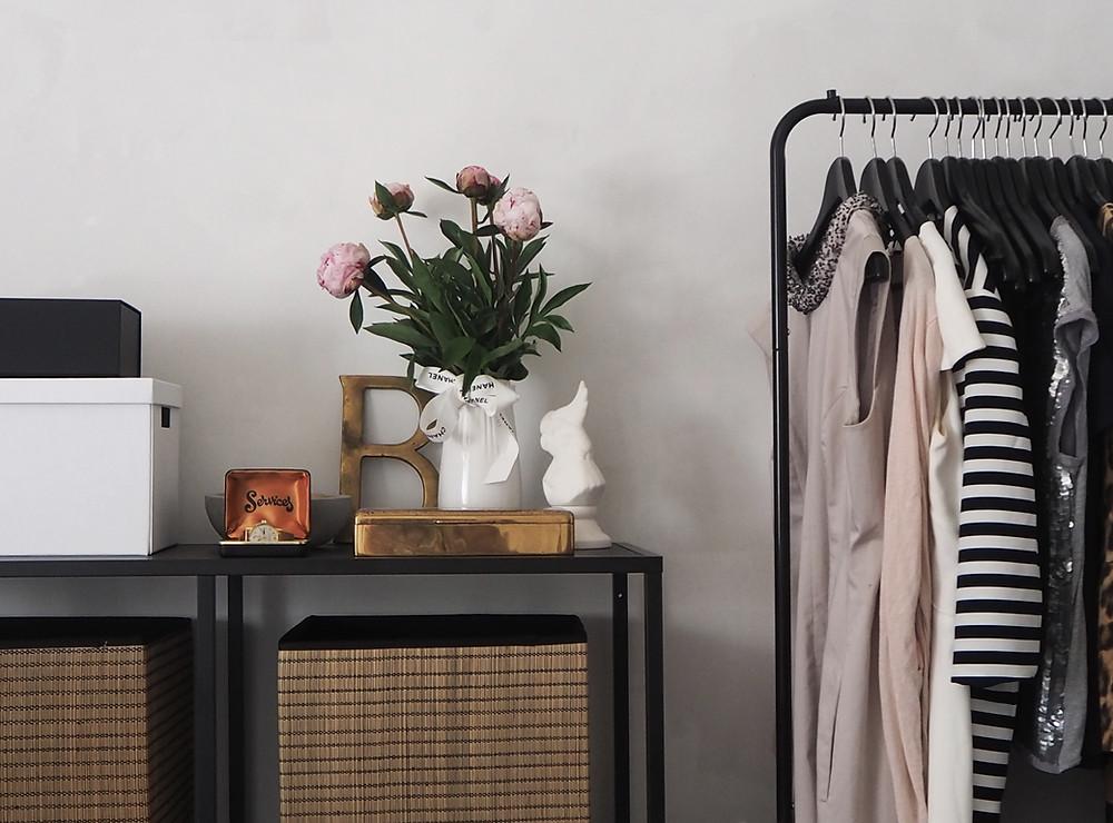 Ryddige klær med profesjonell ryddehjelp