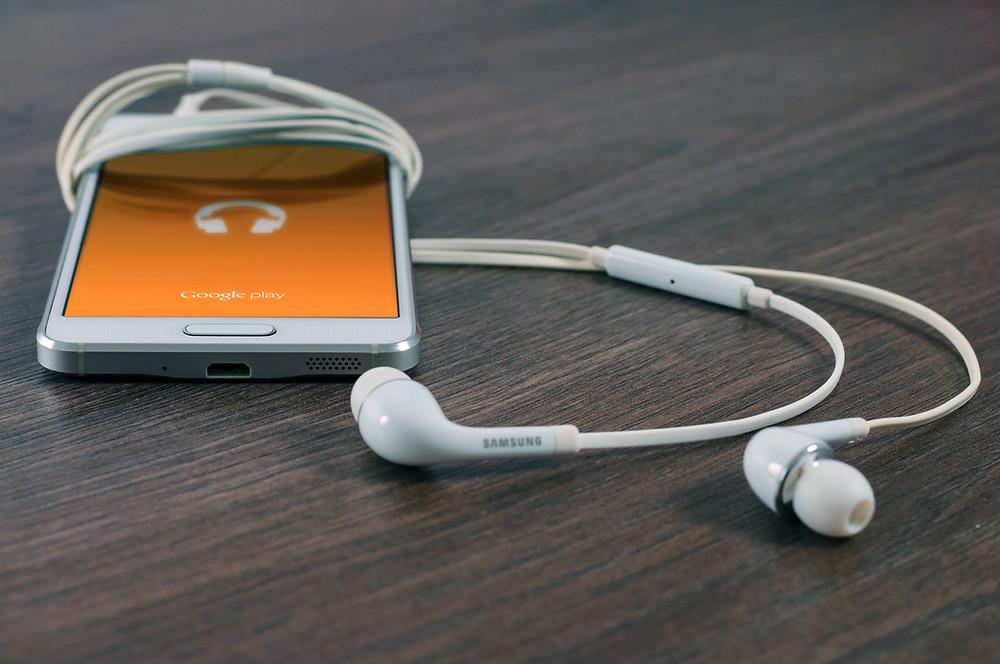 Handphone and earphones