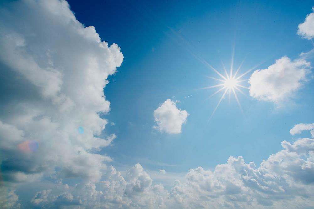 שמש ועננים בשמיים כחולים