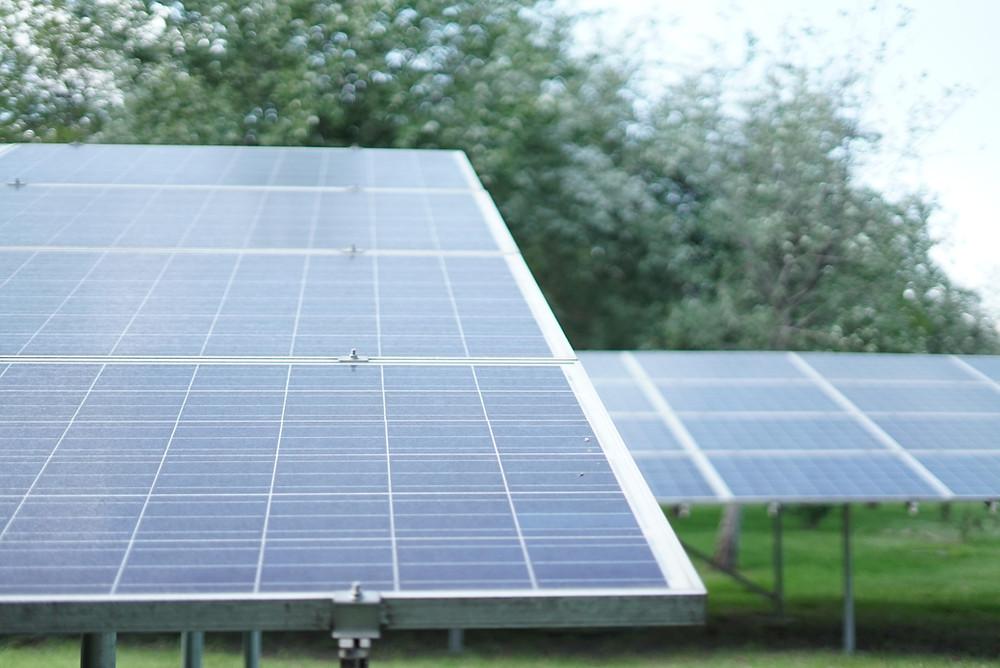 Solární panely na pozemku firmy