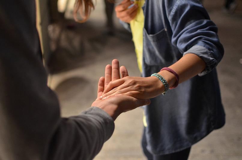 2 Menschen geben sich die Hand