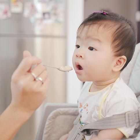 girl-using-an-asthma-inhaler-DNP7CKJ.jpg