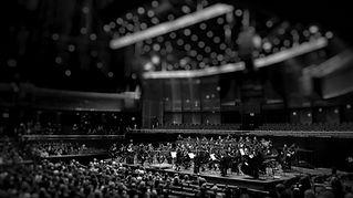 orkesteri iso sali mustavalkoinen kuva