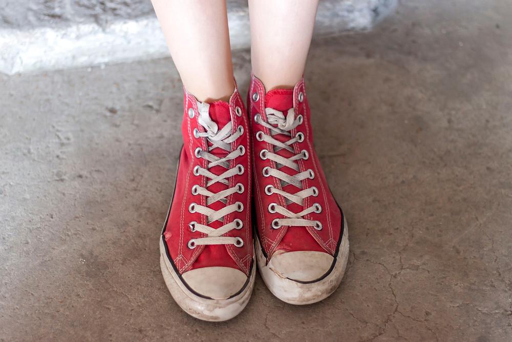 Jalad punastes ketsides betoonpõrandal