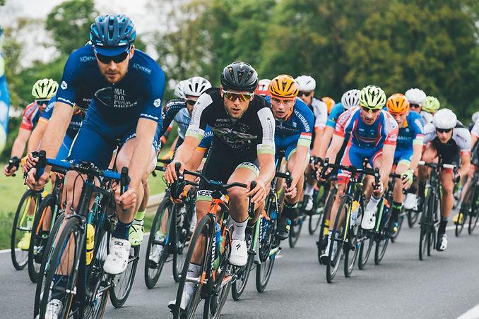 ciclistas de alto desempenho em competição