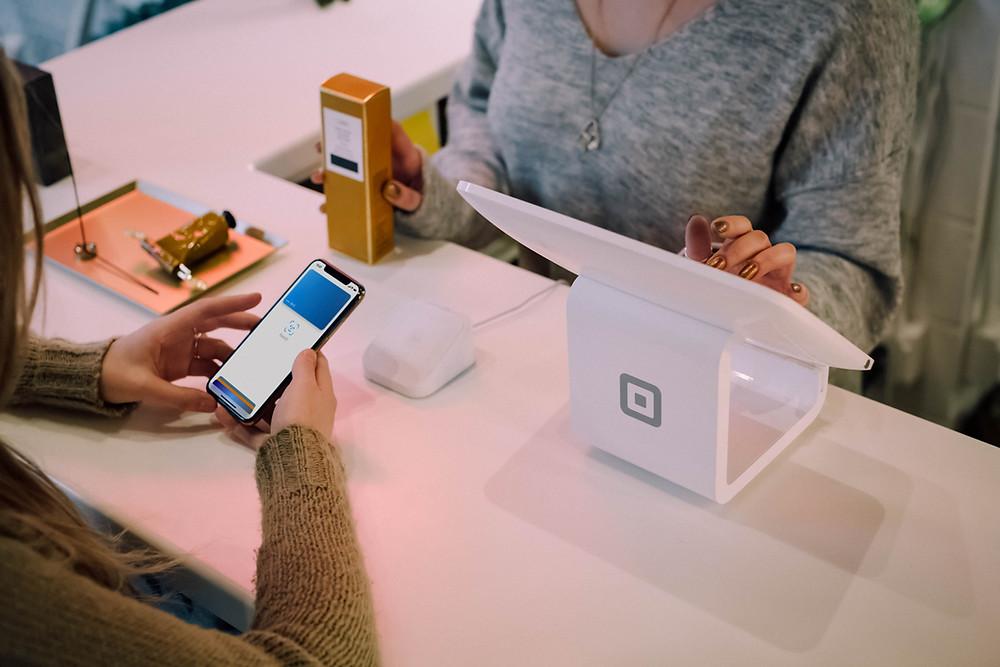 thanh toán bằng ứng dụng trung gian tại cửa hàng bán lẻ